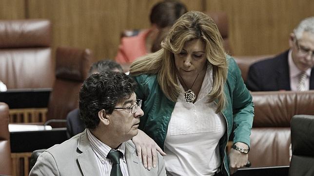 Susana Díaz junto a Valderas, este miércoles en el Parlamento