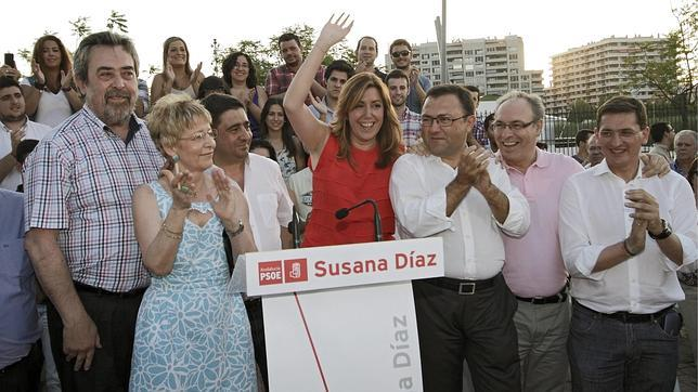 La consejera de Presidencia, Susana Díaz, saluda esta noche en un acto público en Sevilla