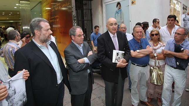 El libro sobre José Antonio se presentó sin incidentes en plena calle