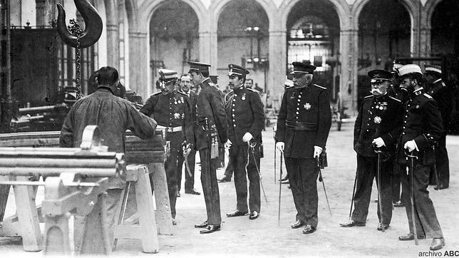 El Rey Alfonso XIII visitando las instalaciones de la Fábrica de Artillería de Sevilla