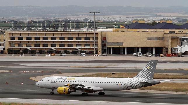 Un avión de una compañía de bajo coste en las instalaciones del aeropuerto de Sevilla