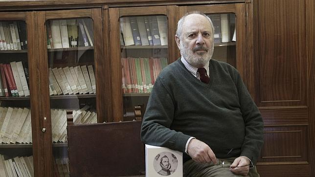 El catedrático Pedro M. Piñero junto a uno de los volúmenes de la «Obra completa» de Mateo Alemán