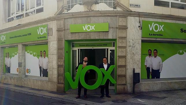 El candidato de Vox, el exjuez Serrano y el presidente de la formación Santiago Abascal