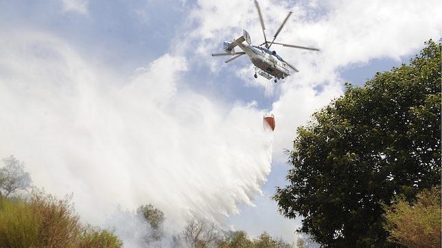 Bomberos combatiendo un incendio en la sierra de Málaga