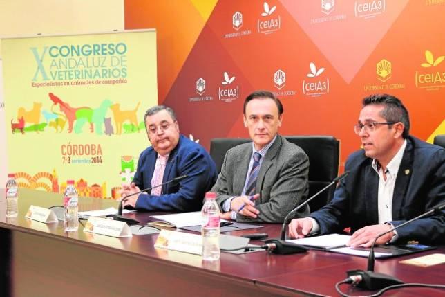 El rector, ayer, junto a los responsables del X Congreso Andaluz de Veterinarios