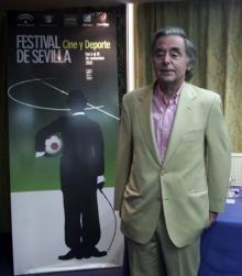 El director del Festival de Cine y Deporte, José Luis Ruiz, ante el cartel que anunciará este año el certamen sevillano. Sanvicente