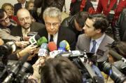 Felipe González, Caballos y el alcalde, rodeados de micrófonos y cámaras. MILLÁN HERCE