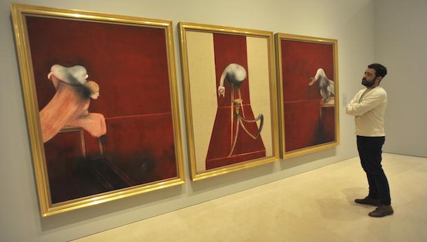 Visitante frente a la segunda versión del tríptico de Francis Bacon de 1988