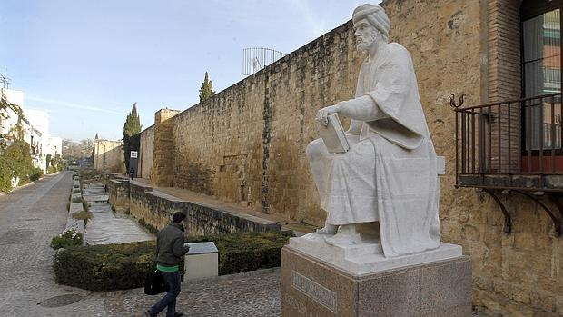 Imagen de la estatua de Averroes en la calle Cairuán