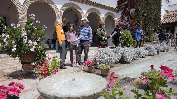 Turistas en uno de los patios del Palacio de Viana