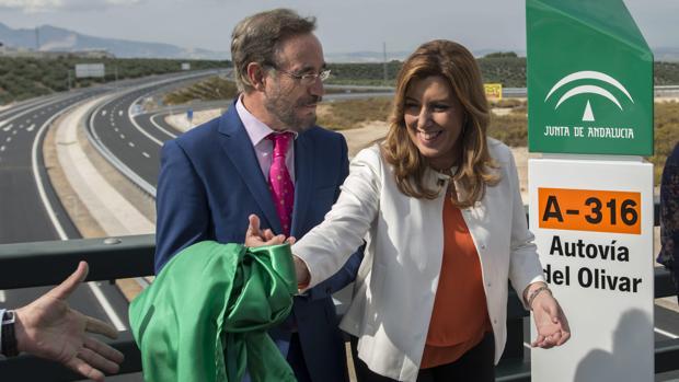 La presidenta andaluza, Susana Díaz, junto al consejero de Fomento, Felipe López, en la Autovía del Olivar