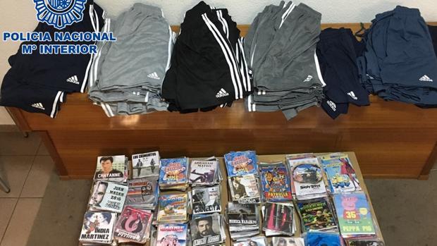 El material incautado por la policía en Alcolea: 70 prendas deportivas, 678 DVD´s y 234 CD´s
