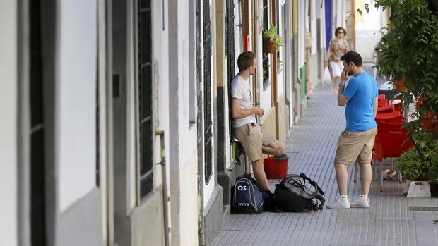 Turistas saliendo de unos apartamentos en Córdoba