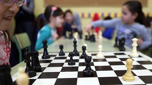 Unos niños juegan al ajedrez