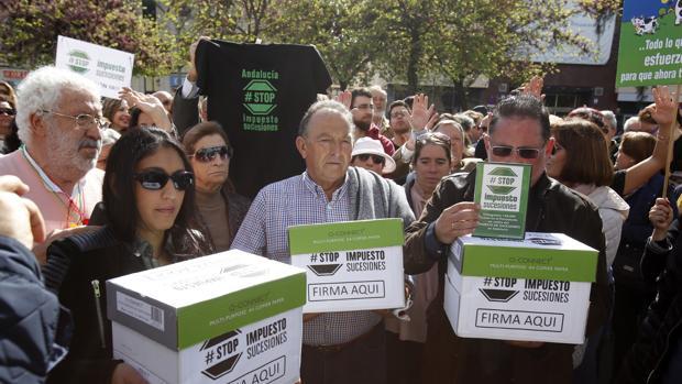 Representantes de Stop Impuesto de Sucesiones entregaron cerca de 60.000 firmas contra el tributo