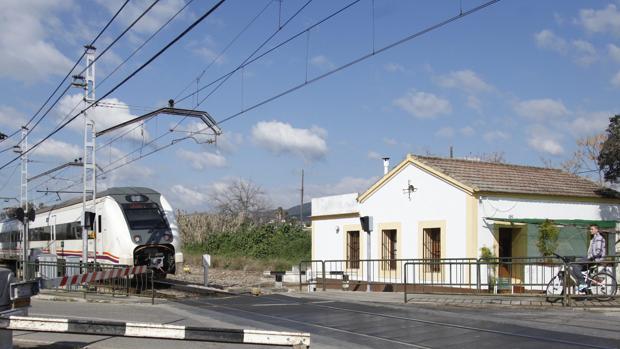Un tren a su paso por la estación de Alcolea
