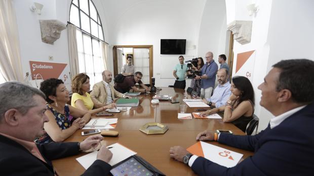 Reunión entre diputados del PSOE y Ciudadanos en el Parlamento