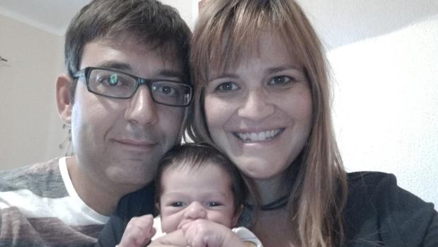 Israel y Ana junto a su pequeño en su domicilio de Sevilla