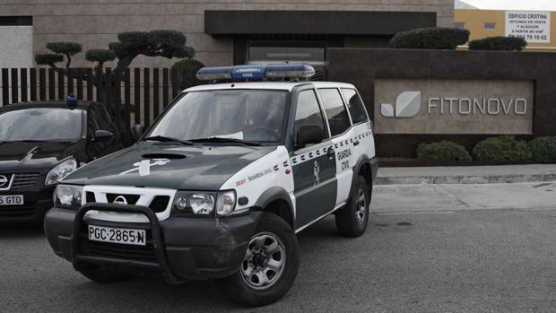 Un coche de la Guardia Civil en la sede de Fitonovo