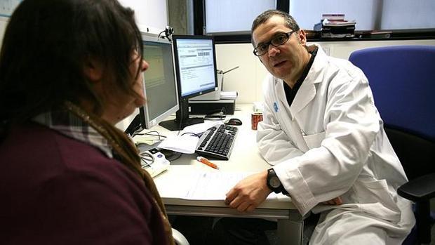 Un médico pasa consulta a una paciente