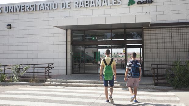 Apaeadero del tren en el campus de Rabanales
