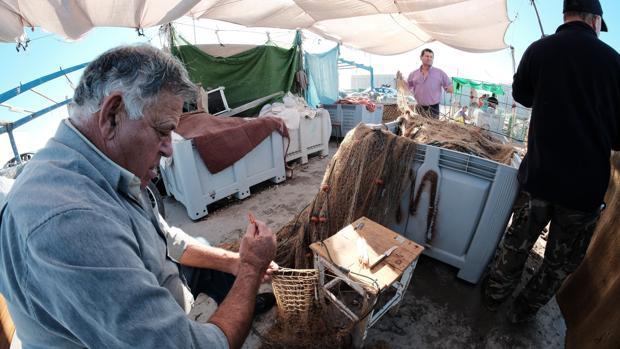Un pescador repasa las artes de pesca en Barbate