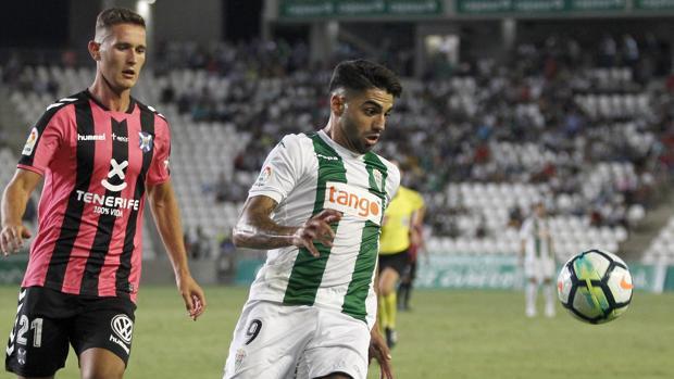 El delantero del Córdoba CF Jona, en el partido ante el Tenerife