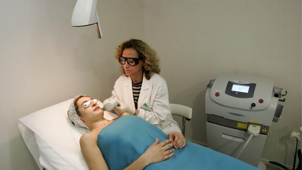 Una paciente recibe tratamiento en una clínica estética