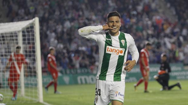 El colombiano del Córdoba CF Juanjo Narvaéz celebra el primer gol ante el Sevilla Atlético