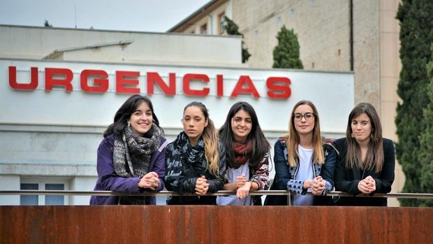 Ana, Rocío, Blanca, Inés y Cristina, frente a las Urgencias del Hospital Virgen de las Nieves de Granada