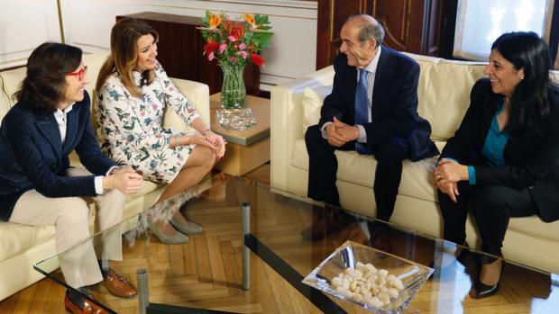 Susana Díaz y Rosa Aguilar, durante el encuentro mantenido con la Junta Directiva de la Asociación Andaluza de Víctimas del Terrorismo, encabezada por su presidente, Joaquín Vidal