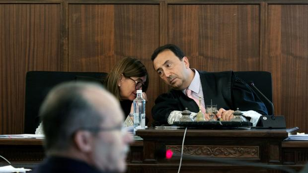 Los magistrados Pilar Llorente y Juan Antonio Calle Peña, en el juicio del caso ERE