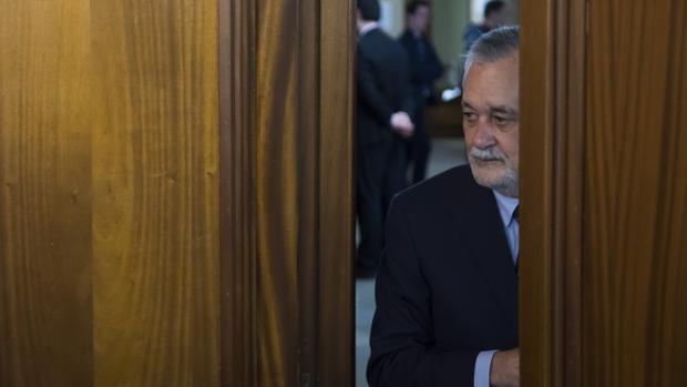 Griñán accede a la Sala de la Audiencia durante una de las sesiones del juicio del caso ERE