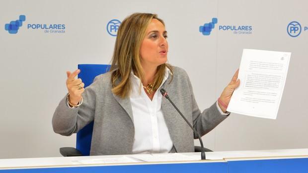 La parlamentaria autonómica, Marifrán Carazo, en rueda de prensa sobra la Alhambra.