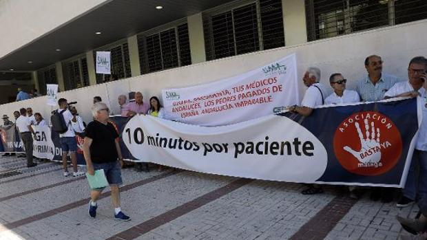 Protesta de la plataforma y del Sindicato Médico en Málaga