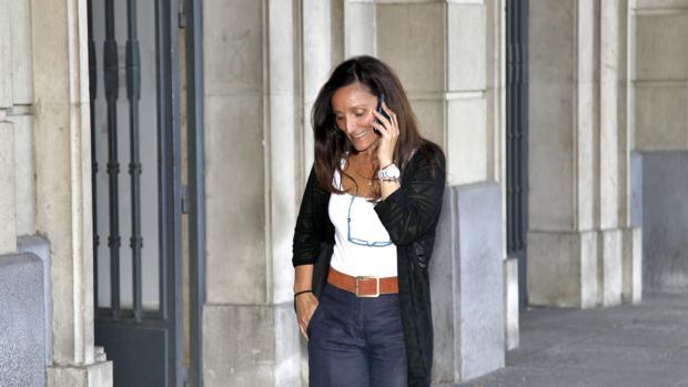 La juez Núñez Bolaños habla por teléfono en los soportales de la Audiencia de Sevilla
