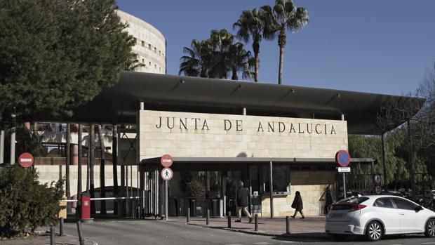 Acceso al edificio central de la Consejería de Hacienda de la Junta en Torre Triana, Sevilla