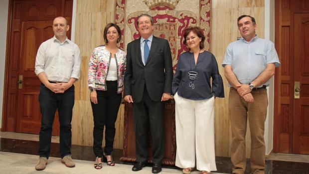 Foto de familia de la comisión de la Mezquita-Catedral con la alcaldesa de Córdoba