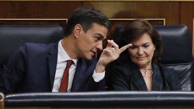 El presidente del Gobierno, Pedro Sánchez, junto a su vicepresidenta, Carmen Calvo