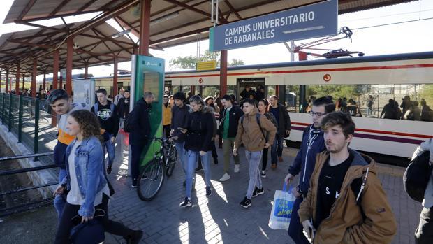 Estudiantes apeándose del tren en la estación de Rabanales
