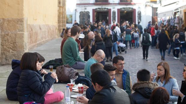 Turistas junto a la Mezquita-Catdral de Córdoba