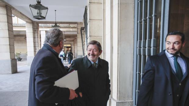 Javier Guerrero entra en la Audiencia con sus abogados