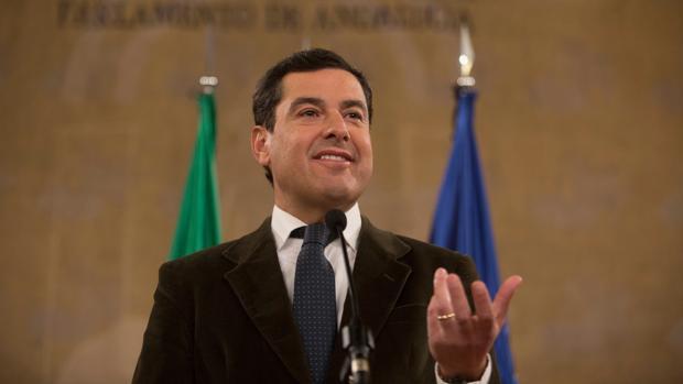 Juanma Moreno, atendiendo a los medios de comunicación tras la firma del acuerdo de investidura