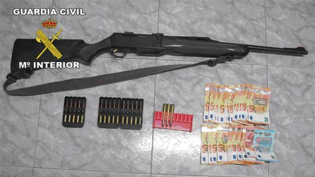 Objetos y dinero hallados en el vehículo de los presuntos furtivos