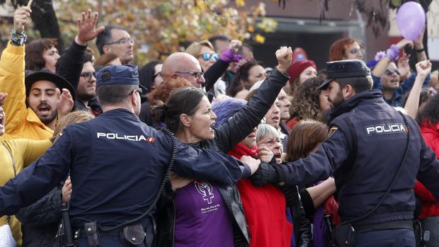 Escrache feminista a las puertas del Parlamento andaluz