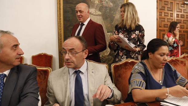 El exalcalde de Aguilar (centro) en un pleno de la Diputación