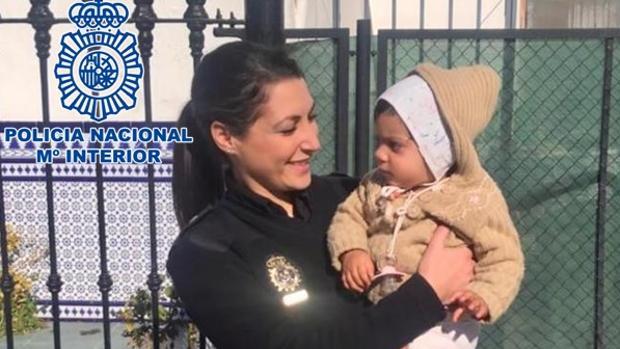 Una agente con la niña, que se encuentra el perfecto estado