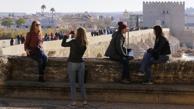 Turistas en el Triunfo de San Rafael, con vistas al Puente Romano de Córdoba