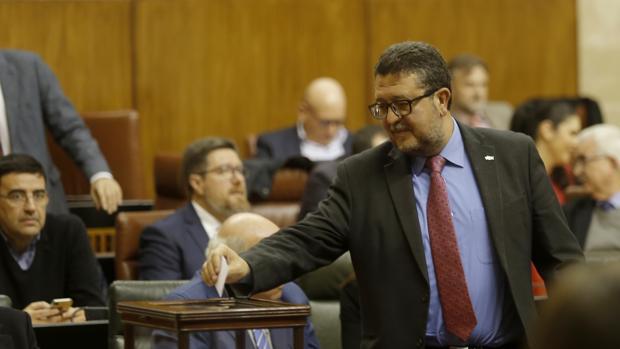 El ex juez de Familia deposita su voto para la elección de senadores autonómicos