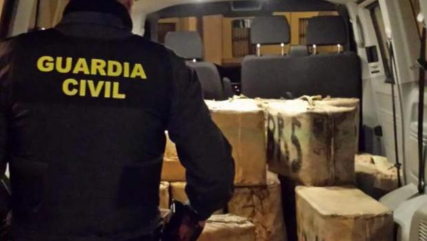 Un agente junto a la furgoneta cargada de droga